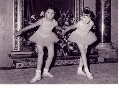 A destra Olga Julia Calzoni con un'amichetta, Francesca, al circolo della stampa